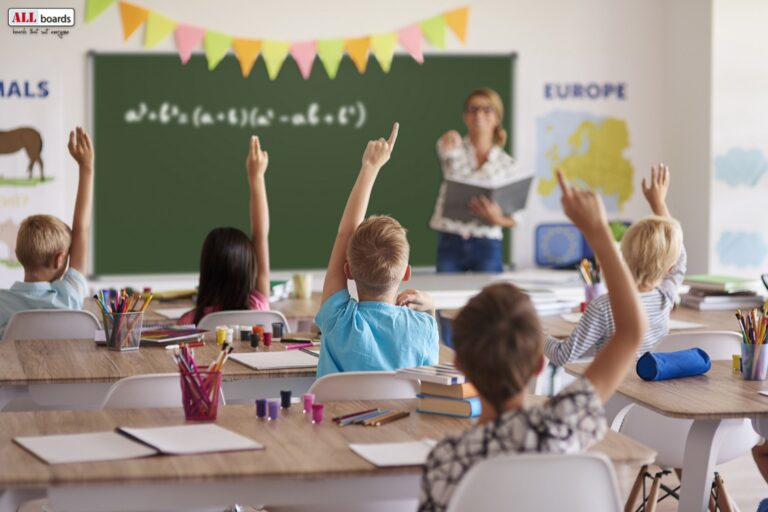 Roheline kriiditahvel õpetaja ja õpilased tundi pidamas