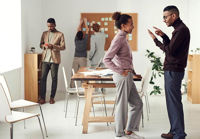 Allboards inimesed kontoris vestlevad korktakvel